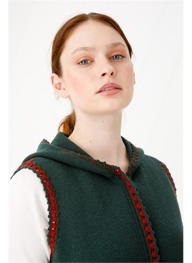 Desen Triko Kadın Kenarları Tığ Işlemelı Kapşonlu Trıko Yelek Vışne Çürüğü Yeşil